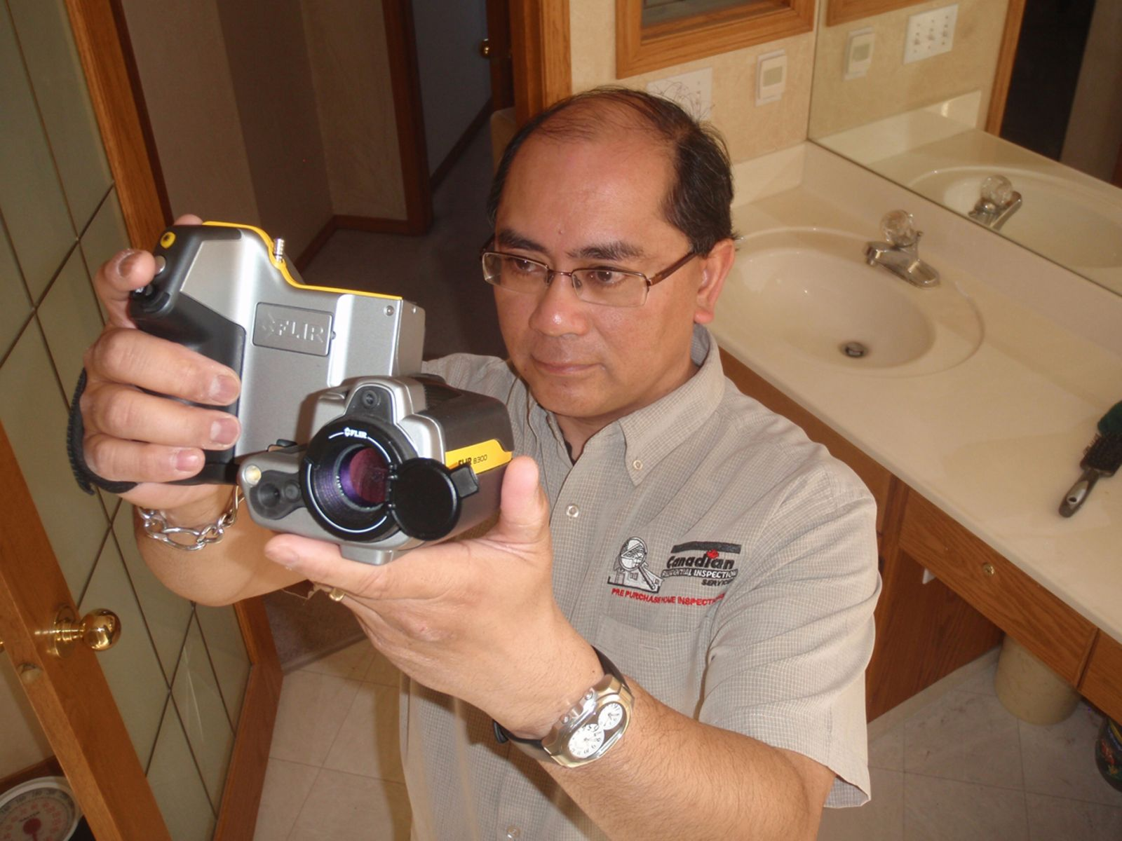 home-inspector-with-thermal-camera